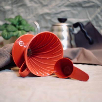 červený porcelánový dripper Hario